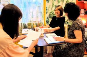 レイキ講師養成講座を楽しみながら学んでいる受講生と講師